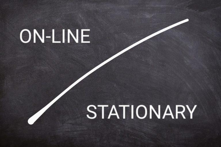 czarna tablica z napisem online i stationary